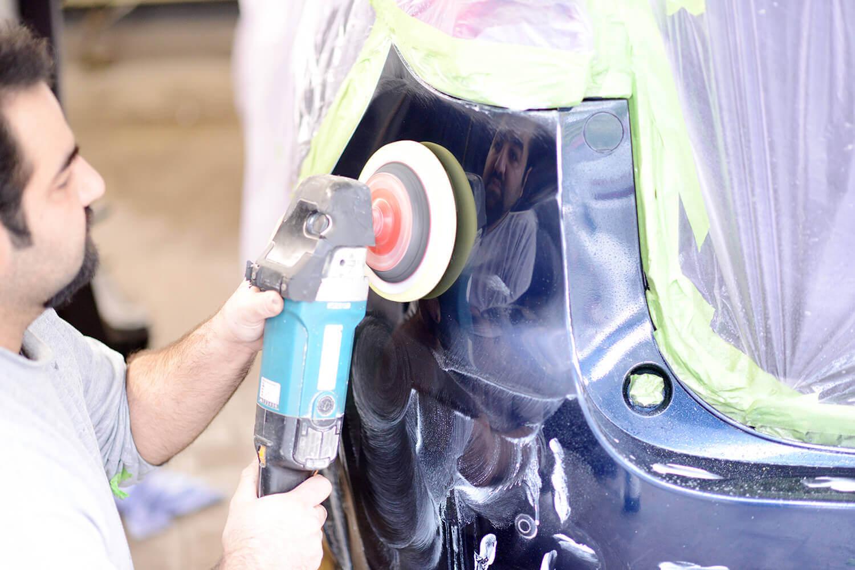 Durch Smart-Repair lackiert und anschließend poliert.