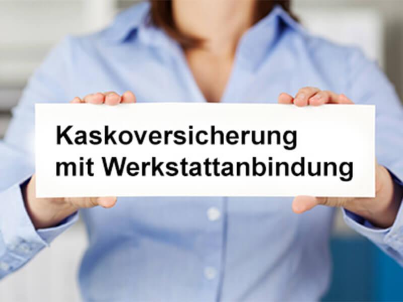 Schild mit Aufschrift: Kaskoversicherungen mit Werkstattbindung.